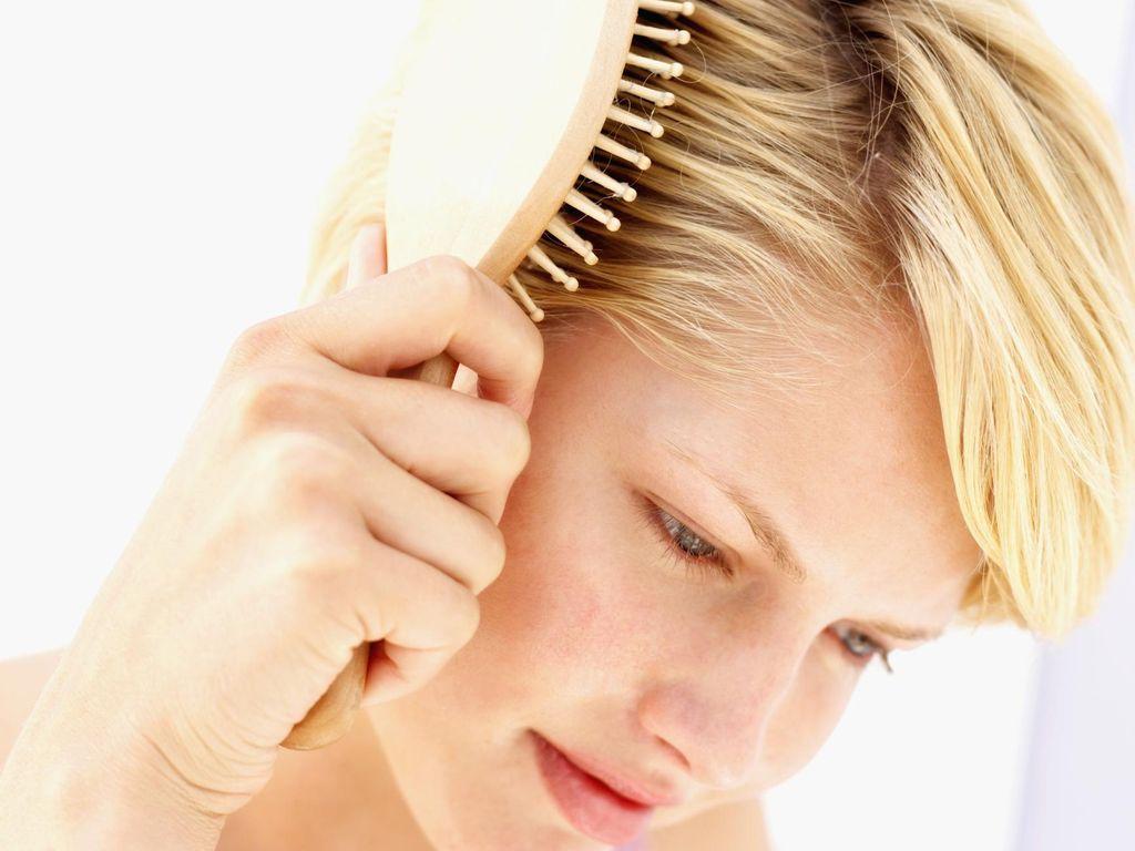 Ini Alasan Mengapa Wanita Sering Alami Kerontokan Rambut