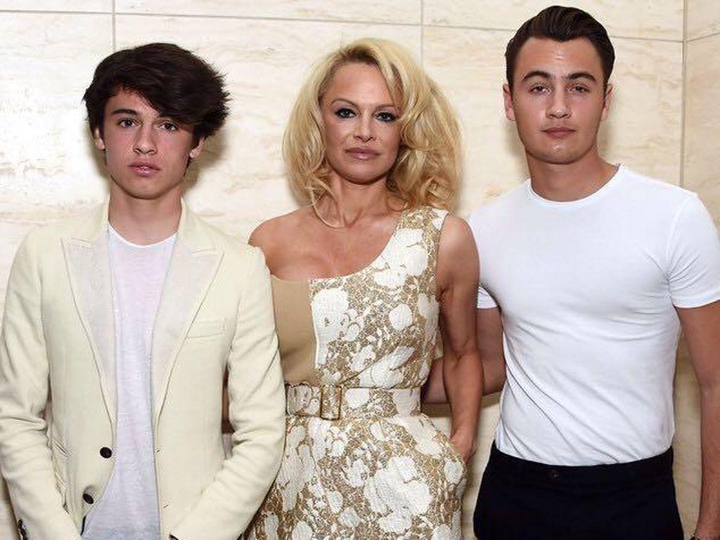 Sudah Jadi Pria Dewasa, Inilah 2 Putra Pamela Anderson yang Tampan