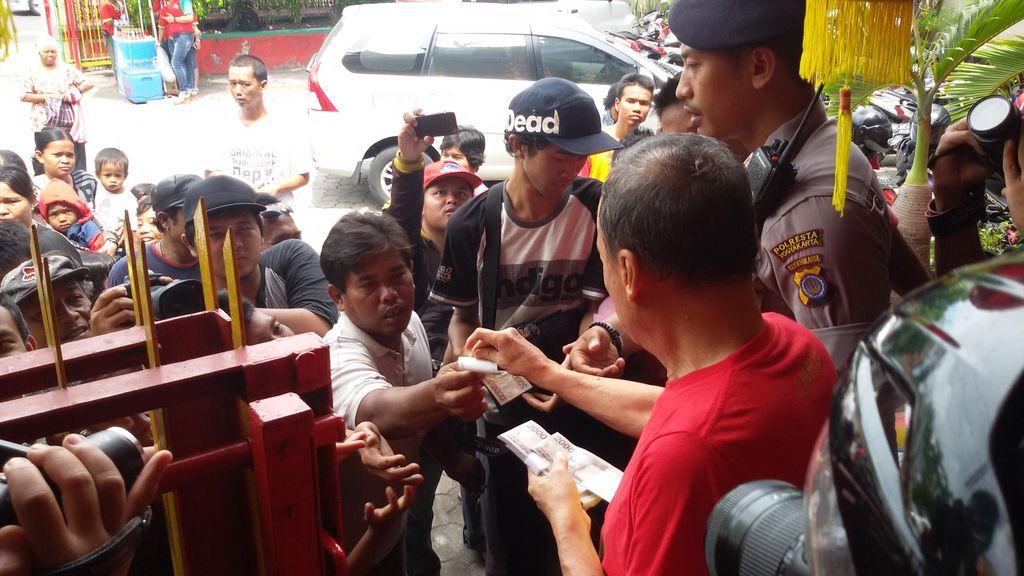 Puluhan Orang Berebut Angpau Rp 2 Ribu di Klenteng Gondomanan Yogya