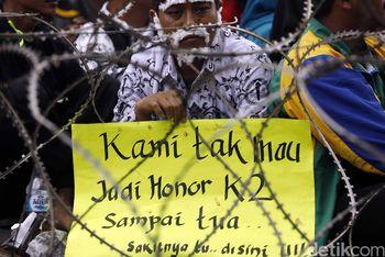 Ribuan Guru Honorer Tuntut Jadi PNS