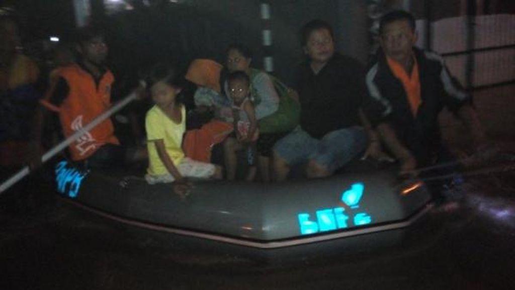 Banjir di Cipinang Melayu, Warga Dievakuasi dengan Perahu Karet