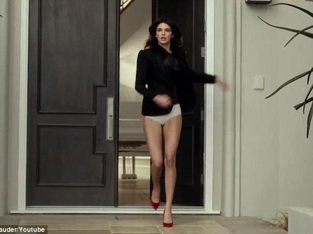 Ketika Kendall Jenner Lupa Pakai Celana Saat Keluar Rumah