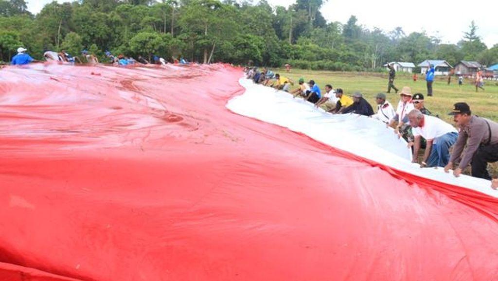 Bendera Merah Putih Raksasa Dibentangkan di Perbatasan RI-Papua Nugini