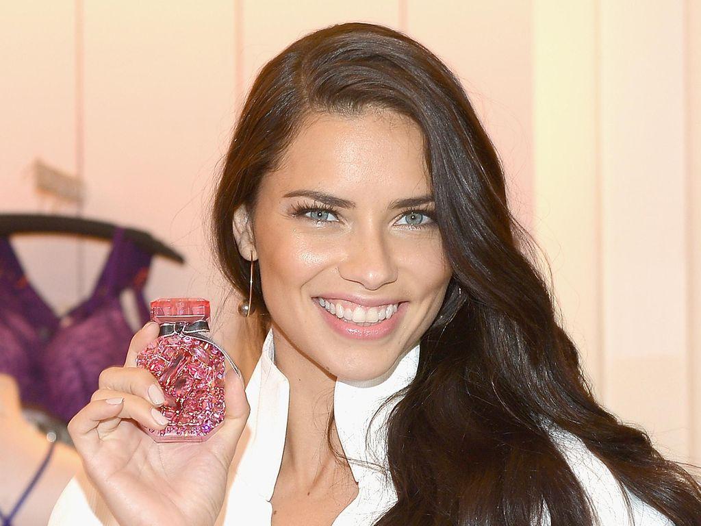 Adriana Lima Suka Semprot Parfum di Pusar dan Rambut
