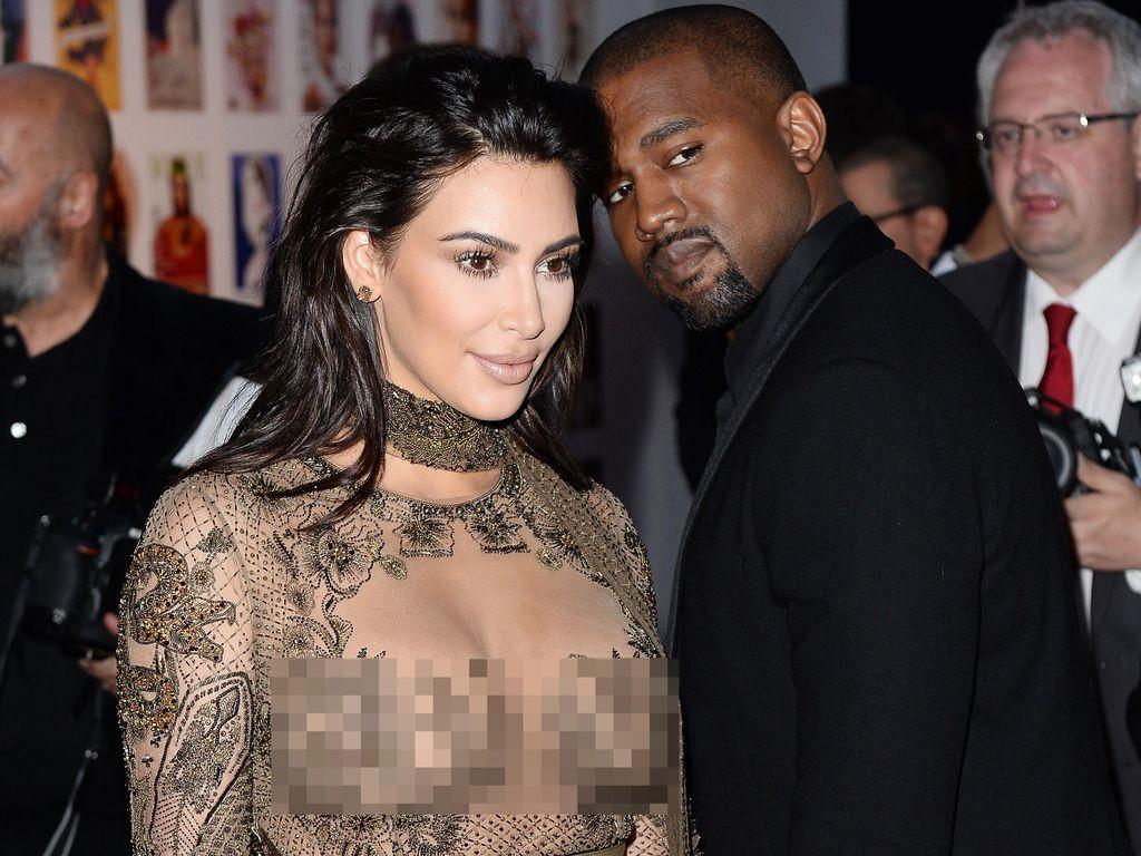 Seksinya Kim Kardashian Bergaun Menerawang Motif Ular