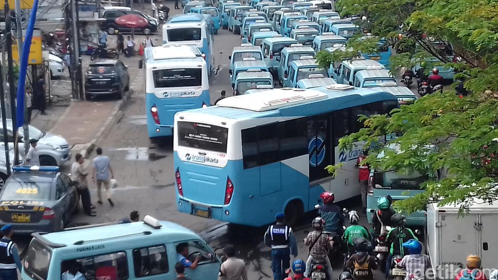 Gelar Demo, Sopir Mikrolet 44 di Tebet Sempat Sandera 5 Feeder Busway