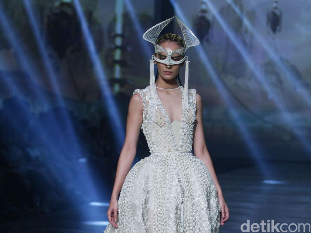 Foto: Gaun Couture Mewah Tex Saverio di Pagelaran Perdananya di Indonesia