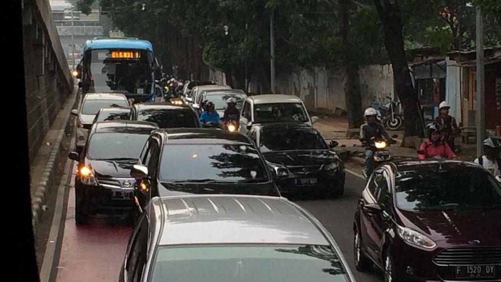 Warga Mengeluh Jl MT Haryono-Gatot Subroto Makin Macet Tiap Harinya