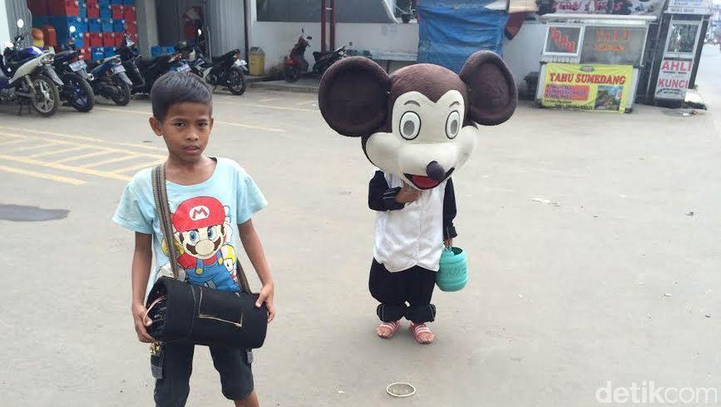 Mengenal Andes dan Fahri, Bocah Pengamen Badut 'Mickey Mouse' di Bojonggede