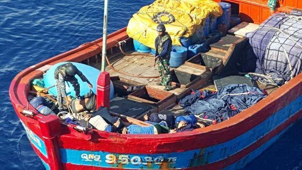 Setelah Mengejar 13 Jam, KRI Multatuli Tangkap Kapal Vietnam Pencuri Teripang