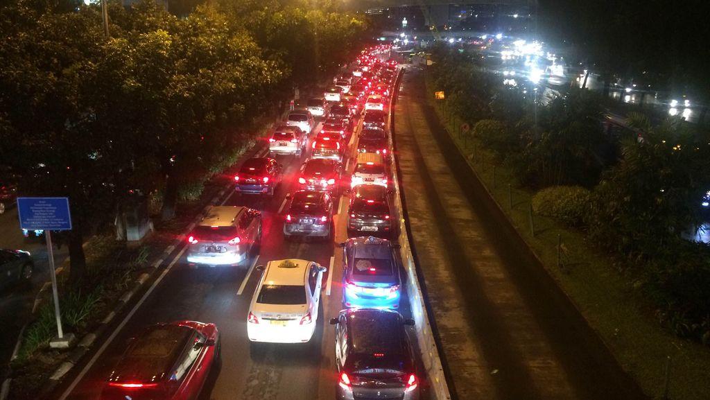 Hujan Reda, Jalan Sudirman Arah Senayan Masih Macet Parah