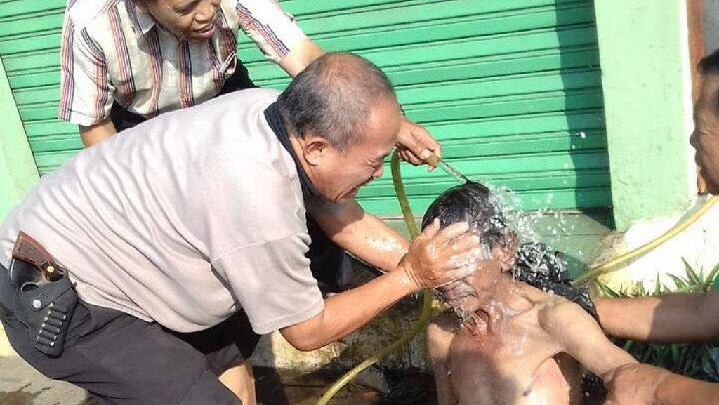 Aiptu Ponijan, Polisi yang Tak Jijik Memandikan Gelandangan di Menteng
