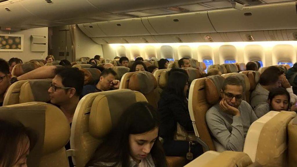 Api Berkobar-kobar, Penumpang Singapore Airlines Tetap Duduk Tenang di Kursi