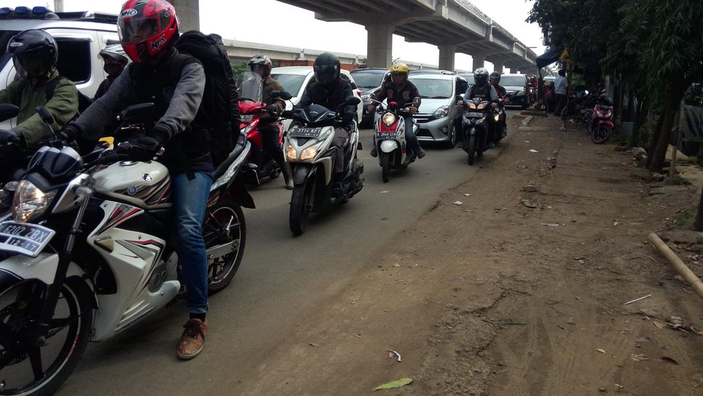 Jl Kalimalang Mulai Diserbu Pemotor yang Meninggalkan Jakarta