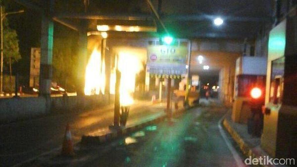 Begini Detik-detik Saat Alphard Terbakar di Senayan