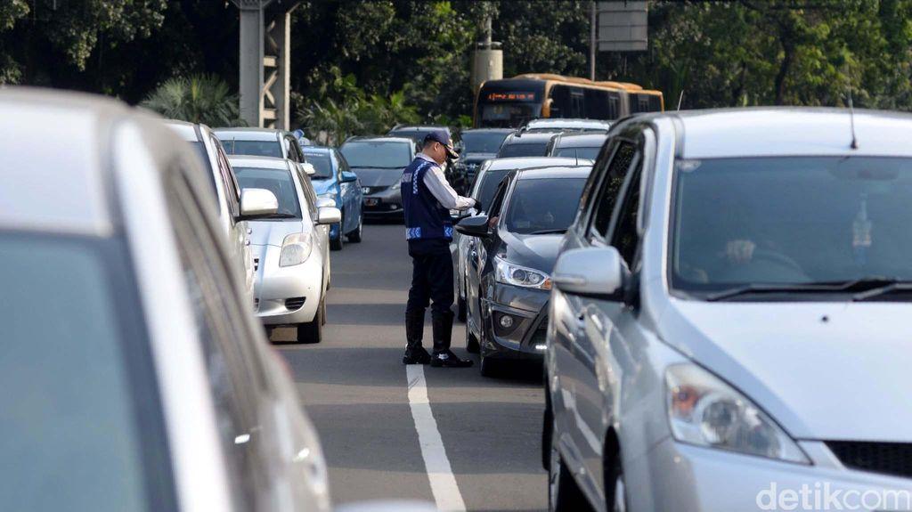 Uji Coba Hari Kedua, Giliran Kendaraan Pelat Genap yang Melintas