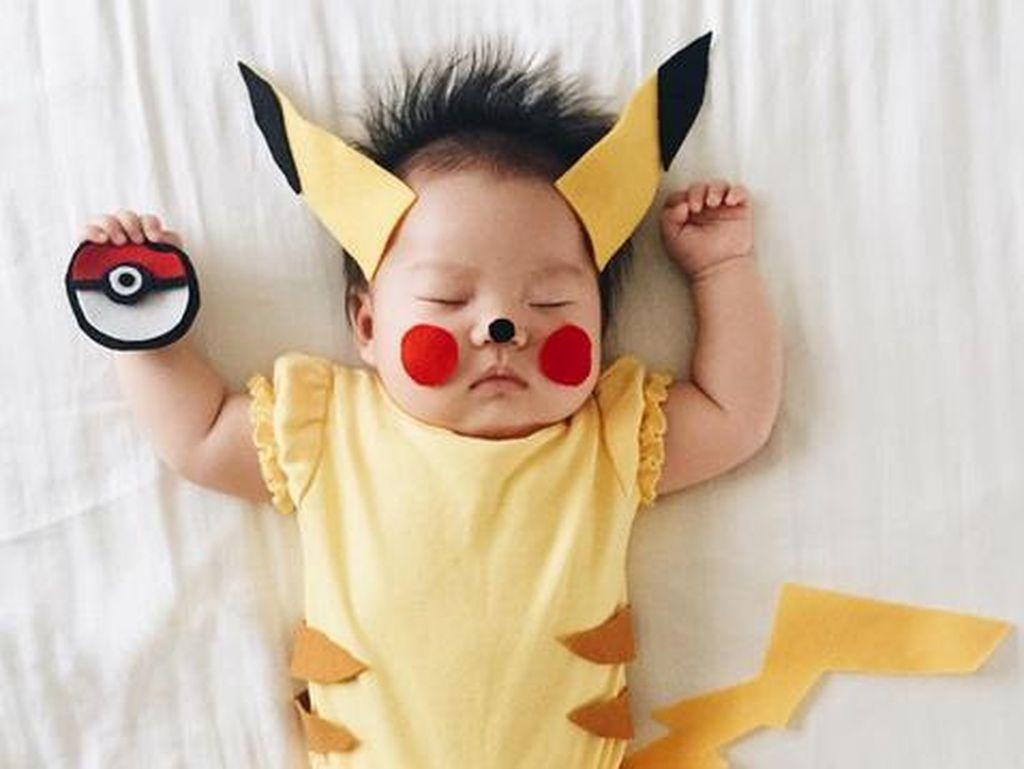 Foto Menggemaskan Bayi yang Didandani Jadi Chef Hingga Pokemon Saat Tidur