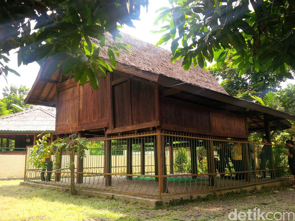 Piknik ke Bekasi, Ada Rumah Kayu 500 Tahun!