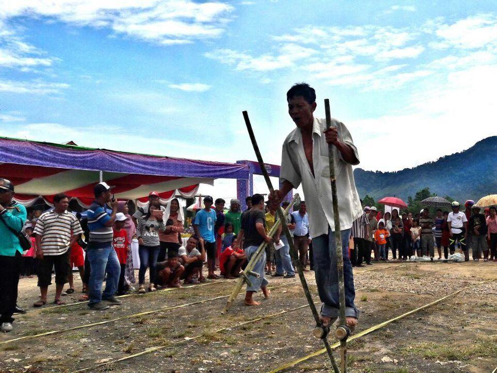 Balap Egrang & Konser Musik Meriahkan Festival Wonderful Indonesia Entikong