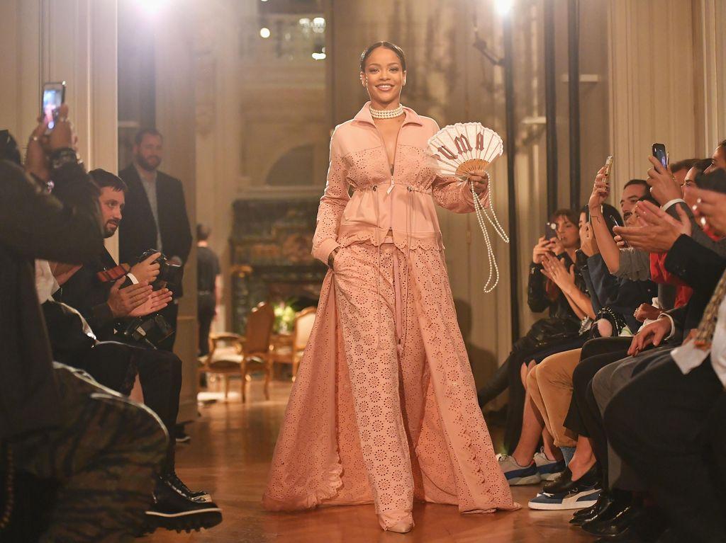 Rihanna Tampil Glamor Sporty ala Marie Antoinette di Paris Fashion Week