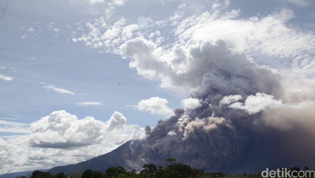Aktivitas Gunung Sinabung Tinggi, Hampir Setiap Hari Ada Erupsi