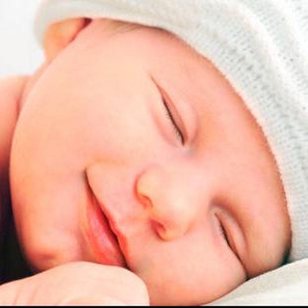 Tekan Risiko Kematian, Bayi Dianjurkan Tidur Seruangan dengan Orang Tua