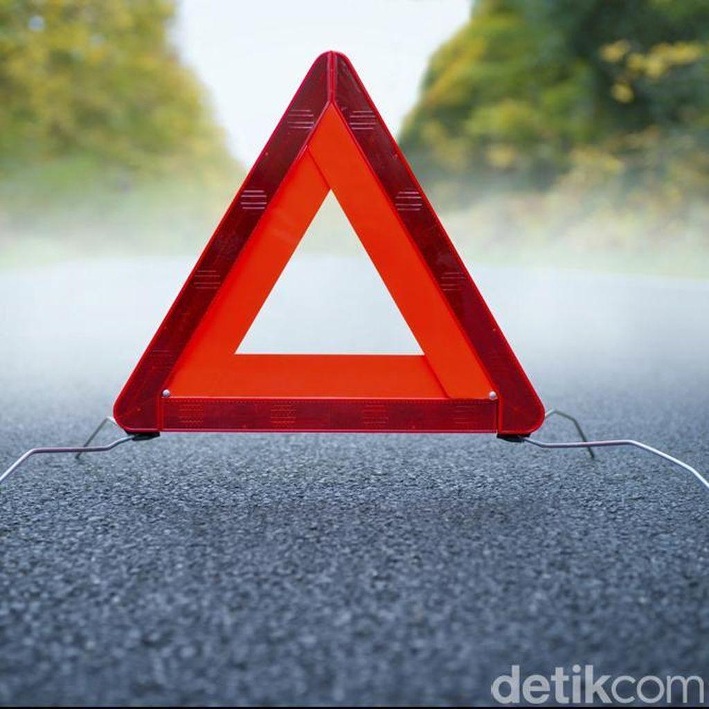 Truk Bermuatan Batu Bata Kecelakaan di KM 4 Tol Cawang Arah Bekasi