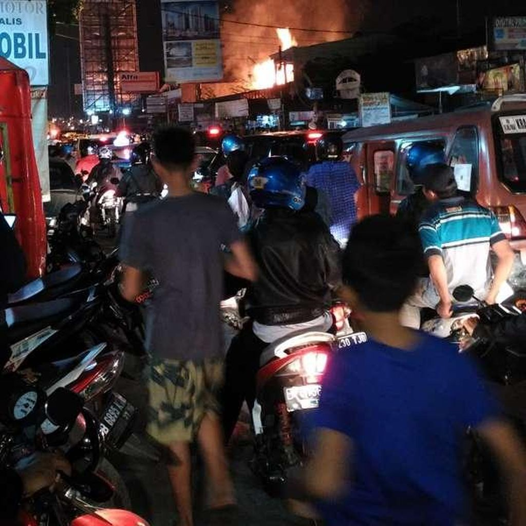 Yang Terbakar di Jatiwaringin Adalah Mini Market, Lalin Masih Macet