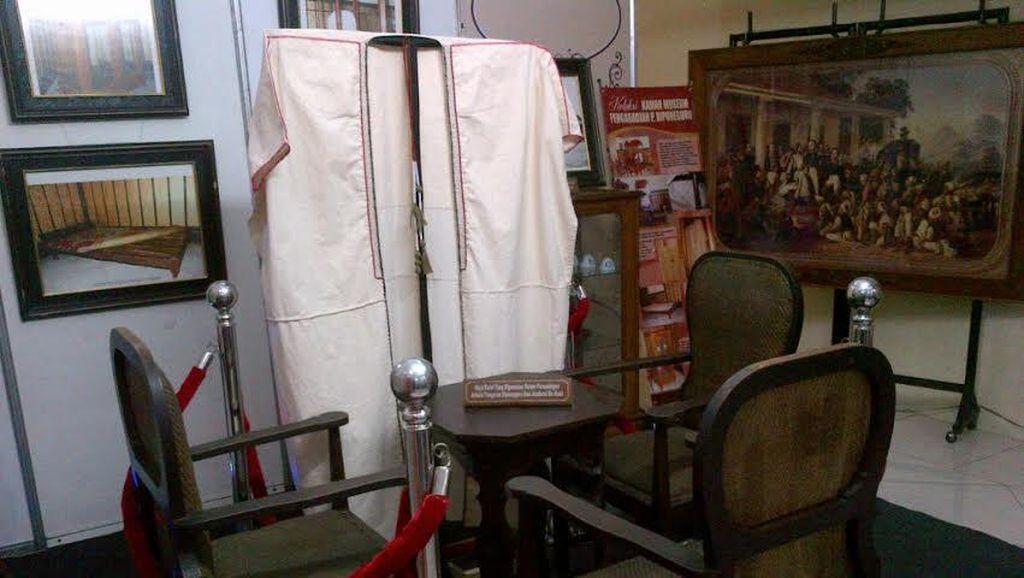 Melihat Kursi, Kitab Strategi, dan Jubah Pangeran Diponegoro yang Bersejarah