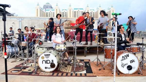 Begini Penampilan Ariel, Giring, Momo, dan Rian Jadi Drumer