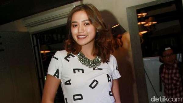 Jessica Iskandar Tetap Hot Tampil Kasual
