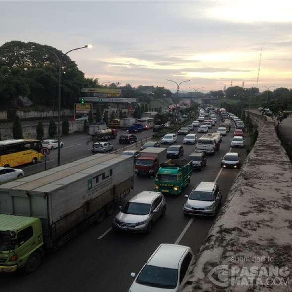 Tol Cikampek arah Bandung Macet 65 Km, dari Cawang sampai Dawuan