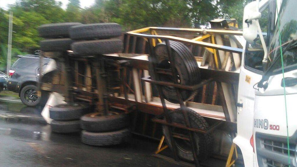 Truk Kontainer Terbalik di Tol Jagorawi arah Jakarta, Macet 7 Km