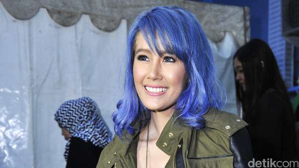 Ganti Lagi, Rambut Ardina Rasti Kini Biru! Love It or Leave It?