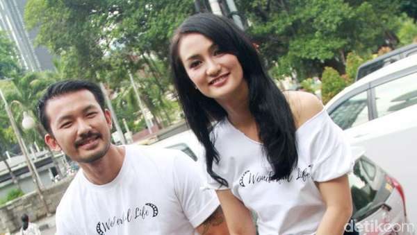 Atiqah Hasiholan dan Rio Dewanto Selalu Serasi