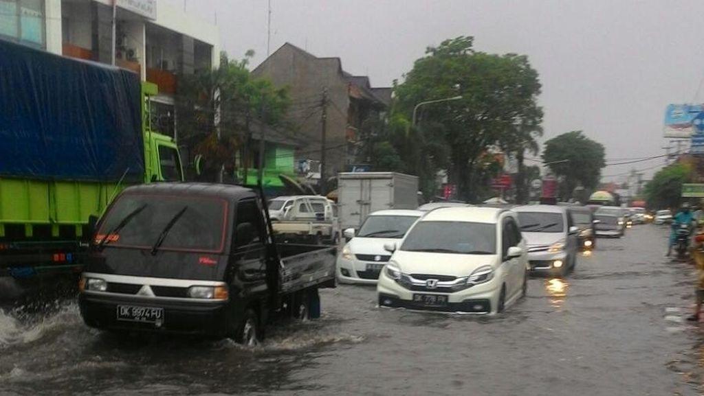 Denpasar Dilanda Banjir, Jalan-jalan Protokol Terendam
