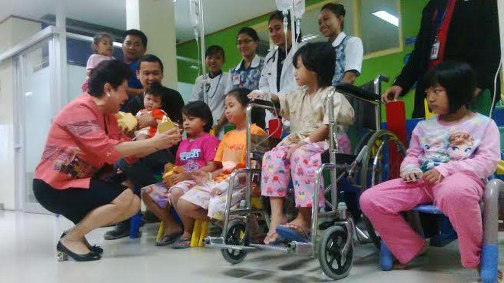 Siloam Surabaya Sambut Imlek dengan Bagi Bingkisan ke Pasien