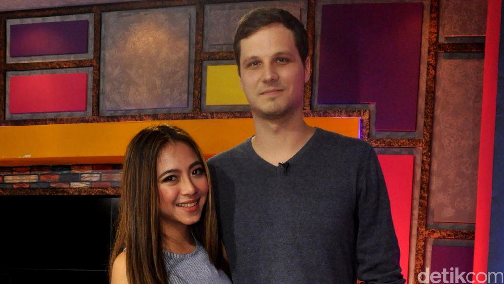 Cerita Awal Pertemuan Nadia Vega dan Suami Bulenya