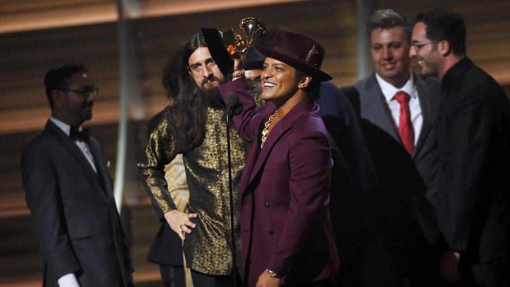 Rilis Video Klip Baru, Bruno Mars Seperti Tak Bisa Move On dari Uptown Funk