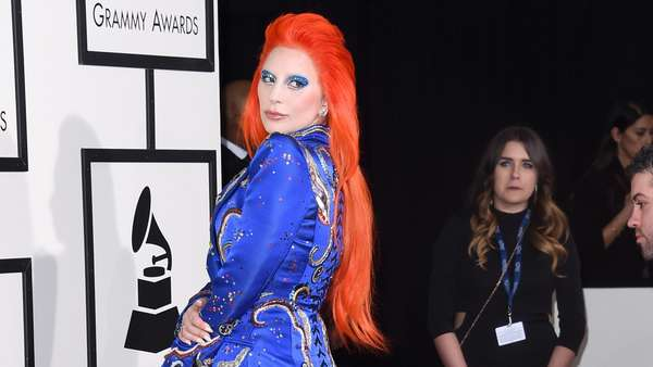 Lady Gaga Bergaya ala David Bowie di Grammy Awards 2016