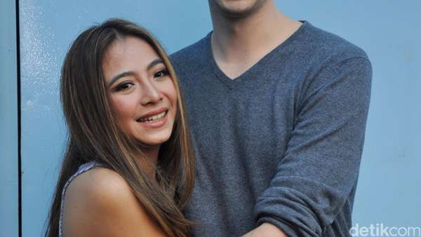 Mesranya Nadia Vega Peluk-peluk Suami