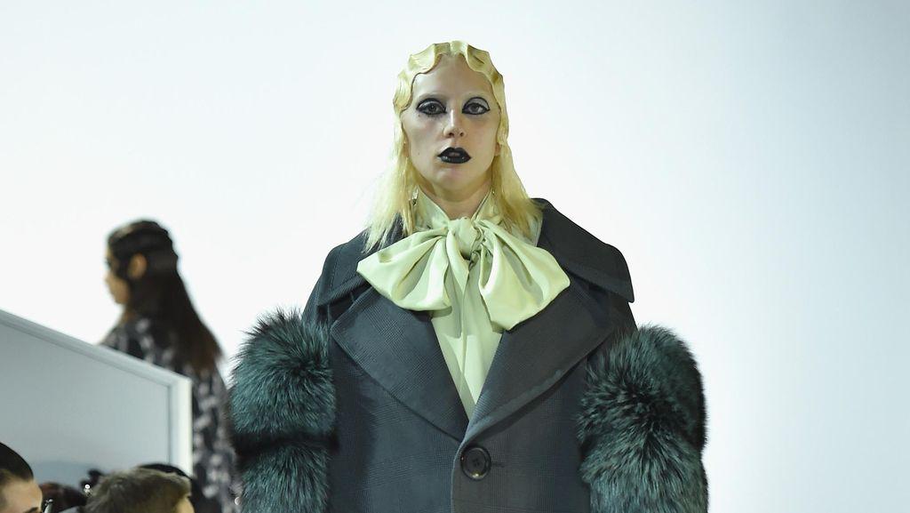 Ketika Lady Gaga Jadi Model Catwalk