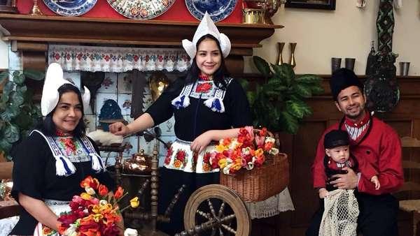 Raffi, Nagita dan Rafathar Eksis Berbaju Tradisional Belanda