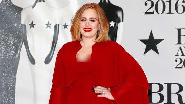 Adele Elegan Bergaun Merah di BRIT Awards 2016