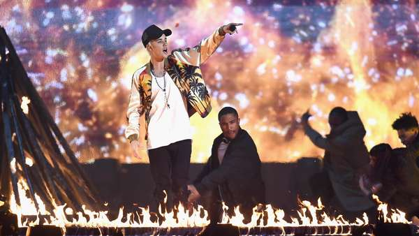 On Fire! Justin Bieber Bakar BRIT Awards 2016