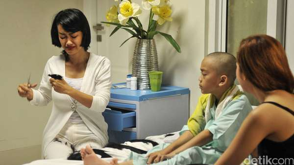 Sambil Nangis, Jupe Potong Rambut untuk Support Penderita Kanker