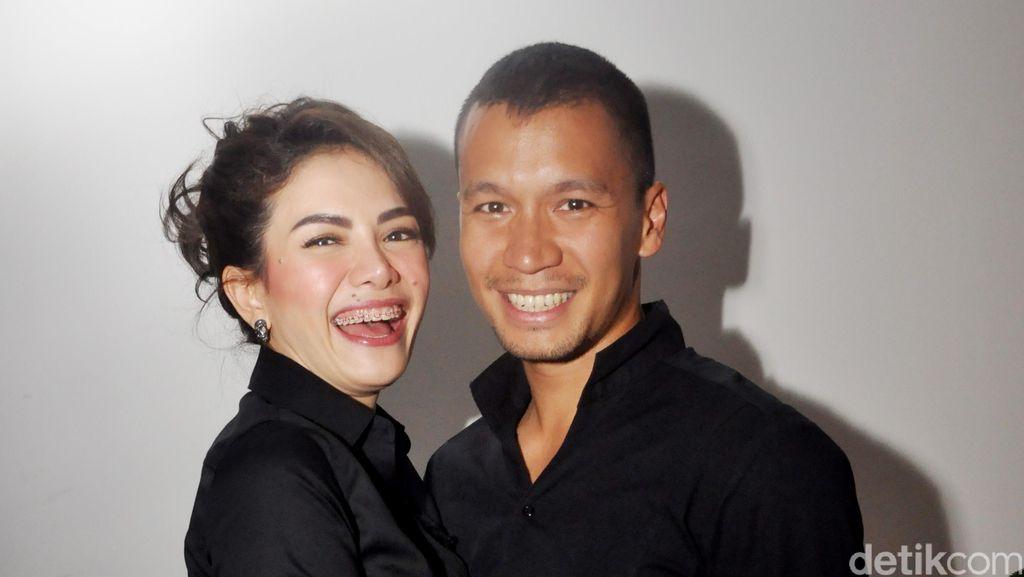 Hot Photo Highlight: Mesranya! Nikita Mirzani Peluk-peluk Samuel Rizal