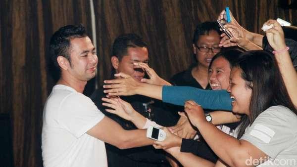 Raffi Ahmad Diserbu Fans Wanita