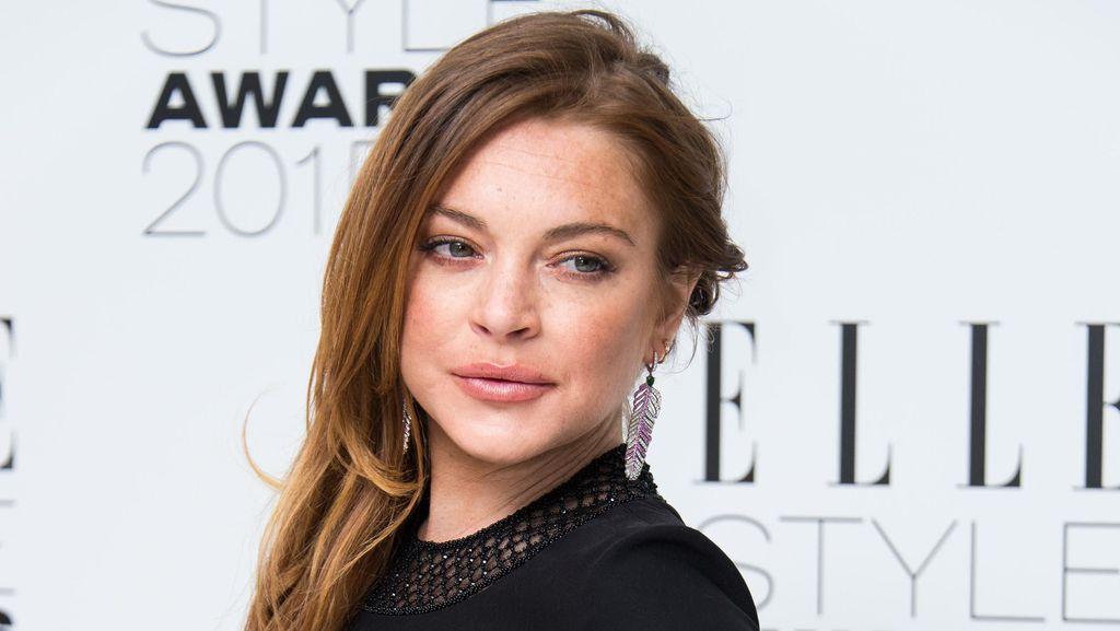 Dikabarkan Hamil, Lindsay Lohan Kepergok Merokok