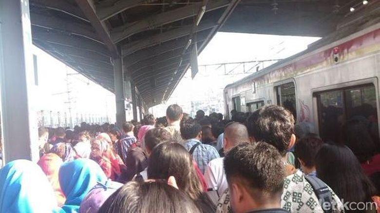 Penumpang Kereta Matarmaja Telantar Di Stasiun Senen